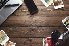 Alte Reisefotos und -kamera, auf hölzerner Schreibtischtabelle des Büros Stockfotos