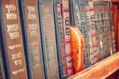 Alte religiöse Bücher der Weinlese auf einem Regal, Jerusalem Stockfotografie