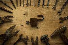 Alte Retro- benutzte Werkzeuge auf Holztisch Stockfotografie