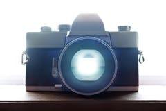 Alte Retro- Film-Kamera-Nahaufnahme mit Hintergrundbeleuchtung Stockfotografie