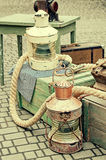 Alte Retro- Gegenstände antikisieren hölzerne Kisten und Seile des strukturellen Hintergrundes Stockfotos