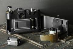 Alte Retro- Kamera und 35 Millimeter Lizenzfreie Stockfotografie