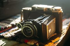 Alte Retro- Kamera Weinlese-noch Leben Geometrische Verzierung auf einem alten Papier stockbilder