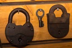 Alte Retro- Kieferklemmen und ein Schlüssel Stockfoto