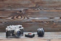 Alte Retro- 35mm Entfernungsmesserkamera und -Belichtungsmesser der Weinlese Stockfotografie