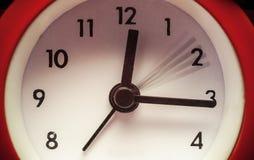 Alte Retro- rote Uhr Lizenzfreie Stockfotos