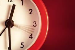 Alte Retro- rote Uhr Stockfotos