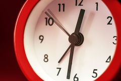 Alte Retro- rote Uhr Lizenzfreie Stockbilder