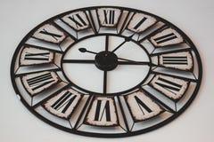 Alte Retro- Uhr auf einem weißen Hintergrund Stockfotos