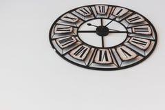 Alte Retro- Uhr auf einem weißen Hintergrund Stockfotografie