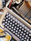 Alte Retro- unnötige fehlerhafte Schreibmaschine, Berufsverfasserausrüstung Stockfotografie