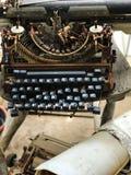 Alte Retro- unnötige fehlerhafte Schreibmaschine, Berufsverfasserausrüstung Lizenzfreie Stockfotografie