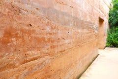 Alte riesige Wand und Eingang des Steinzeitalters Lizenzfreies Stockbild