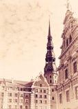 Alte Riga-Landschaft mit alter Uhr Stockfoto