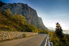 Alte rocce ad alba, vista dalla strada Fotografia Stock