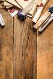 Alte Rollen des Papiers, der Gläser und der blauen Tinte im Tintenfaß als vinta Lizenzfreies Stockbild