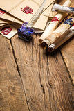 Alte Rollen des Papiers und der blauen Tinte im Tintenfaß als Weinlese backgr Stockbild