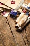 Alte Rollen des Papiers und der blauen Tinte im Tintenfaß als Weinlese backgr Lizenzfreies Stockfoto
