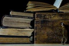 Alte Rollen und Pläne in gefalteten Papierrollen Altes Buch und Fall Dokumente auf einem alten Holztisch Stockbild