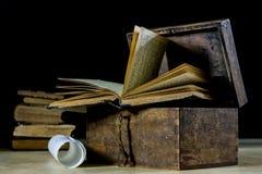 Alte Rollen und Pläne in gefalteten Papierrollen Altes Buch und Fall Dokumente auf einem alten Holztisch Lizenzfreies Stockfoto