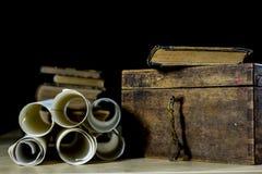 Alte Rollen und Pläne in gefalteten Papierrollen Altes Buch und Fall Dokumente auf einem alten Holztisch Stockbilder