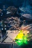 Alte Rollen und Rezept im magischen Alchemistlabor Stockbild