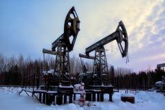 Alte rostige Ölpumpe im verschneiten Winter stockbilder