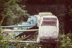 Alte rostige Achterbahn in einem verlassenen Park mit einem heißen Sommer Lizenzfreie Stockbilder