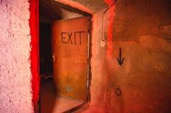 Alte rostige AUSGANGS-Tür stockfotografie