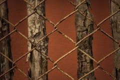 Alte rostige Balustrade des Sepiafarbtones und Holzhintergrund Lizenzfreies Stockbild