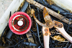Alte rostige Baumschere und eine Plastikspule Stockfotografie