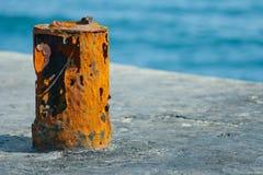 Alte rostige Befestigung im Kanal Lizenzfreie Stockfotos