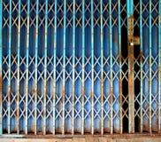 Alte rostige blaue faltende Metalltür Lizenzfreies Stockfoto