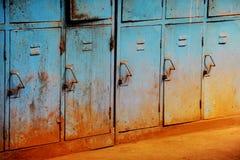 Alte rostige blaue Schließfächer lizenzfreies stockfoto