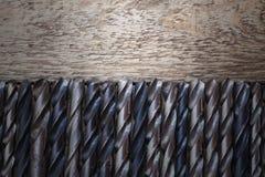 Alte rostige Bohrer auf Holztisch Stockfotos