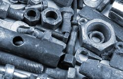 Alte rostige Bolzen, Nüsse, mechanische Teile und Werkzeuge Stockfotografie