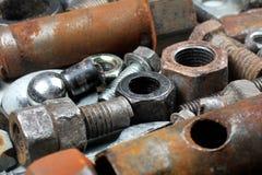 Alte rostige Bolzen, Nüsse, mechanische Teile und Werkzeuge Stockbilder