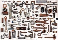 Alte rostige Bolzen-, nuts und mechanischeteile Stockbilder