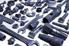 Alte rostige Bolzen-, nuts und mechanischeteile auf weißem Hintergrund Lizenzfreie Stockbilder