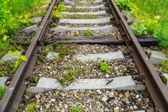 Alte rostige Eisenbahn Zwischen den Betonschwellen ist eine Holzschwelle Lizenzfreie Stockfotos