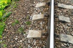 Alte rostige Eisenbahn Zwischen den Betonschwellen ist eine Holzschwelle mit messenden Sensoren Lizenzfreie Stockfotos