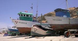Alte rostige Fischerboote in Mancora, Peru stock footage