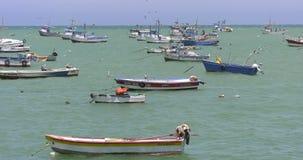 Alte rostige Fischerboote in Mancora, Peru mit klaren Wasser stock video