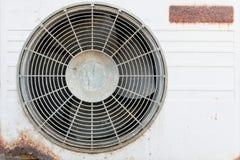 Alte rostige gebrochene Klimaanlage Lizenzfreie Stockfotografie