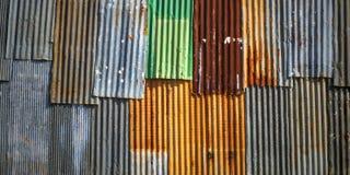 Alte rostige gewölbte Blechtafelwand Stockfotografie