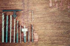 Alte rostige grungr Bohrer auf hölzernem Hintergrund des Weinleseschmutzes Stockfoto