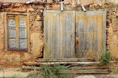 Alte rostige hölzerne Tür und Fenster Lizenzfreie Stockfotos