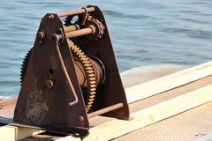 Alte rostige Handkurbel auf einem Pier stockbild