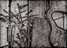 Alte rostige Hilfsmittel in Schwarzweiss Stockbild