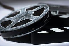 Alte rostige Metallspule des Filmes und Kino klatschen Lizenzfreies Stockbild